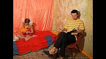 teen mum is forcing Mom watch dad boy